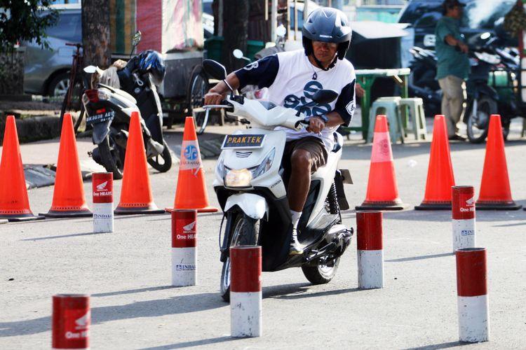 Warga mengendarai sepeda motor saat mengikuti latihan uji kompetensi surat izin mengemudi (SIM) di Medan, Sumatera Utara, Minggu (24/9). Latihan yang digelar Polrestabes Medan tersebut untuk melihat dan menguji kemampuan warga mengendarai sepeda motor, sebelum mendapatkan SIM. ANTARA FOTO/Irsan Mulyadi/ama/17.