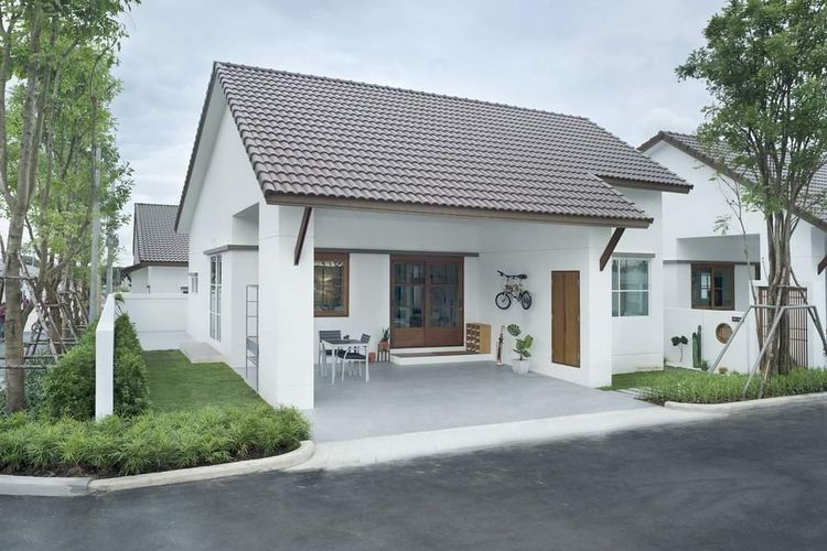 Rumah minimalis dengan interior kombinasi coklat dan putih.