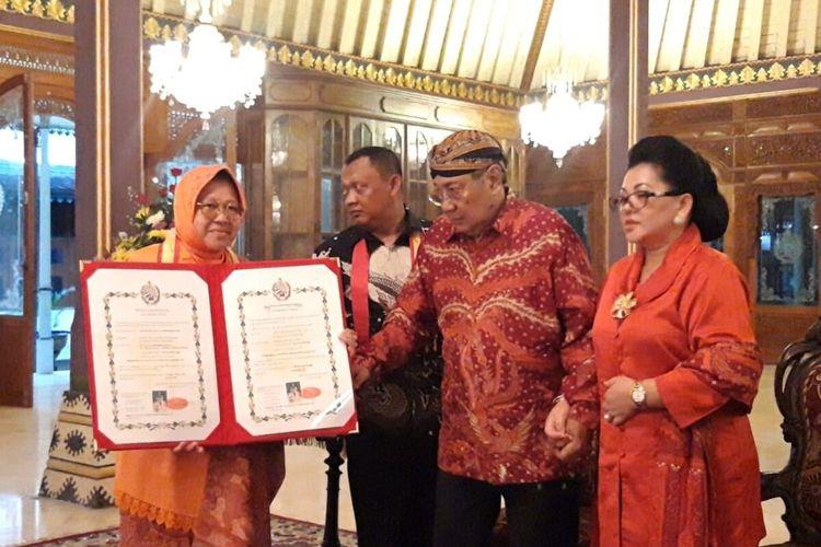 Wali Kota Surabaya Tri Rismaharini atau Risma menerima gelar kebangsawanan di Keraton Surakarta, Jawa Tengah, Rabu (4/3/2020) malam.