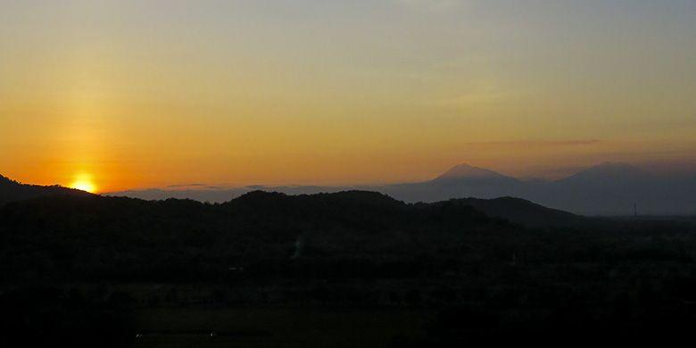 Pesona Sunset di Ufuk Barat, Dilihat dari Puncak Gunung Sepikul