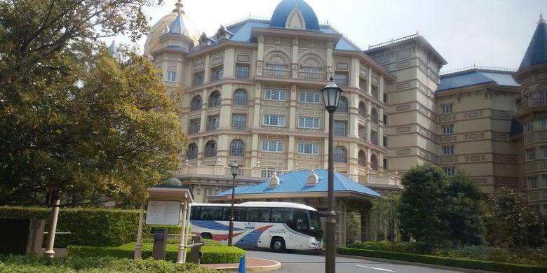 Tokyo Disneyland Hotel merupakan salah satu fasilitas pennginapan yang tersedia di dekat area Tokyo Disneyland.