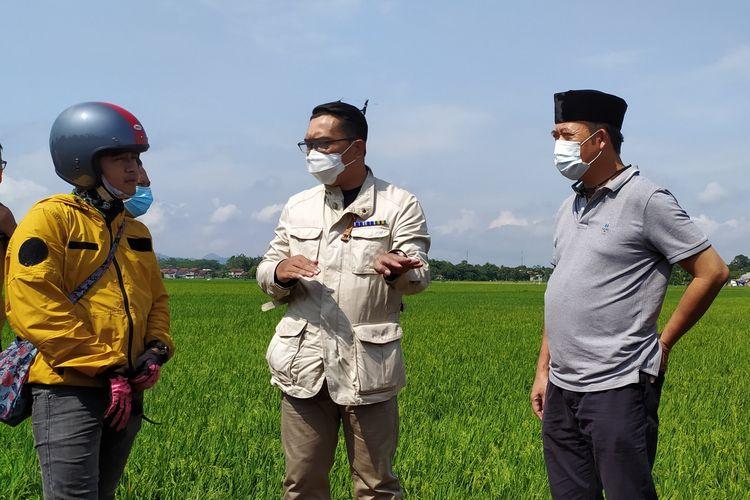 Gubernur Jawa Barat Ridwan Kamil bersama Bupati Banyumas Achmad Husein (kanan) meninjau lokasi yang dibangun Masjid Akbar Seribu Bulan di Purwokerto, Kabupaten Banyumas, Jawa Tengah, Sabtu (24/10/2020).