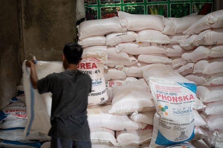 Terlihat seorang buruh sedang mengangkut Pupuk Bersubsidi di Ciamis, Jawa Barat.