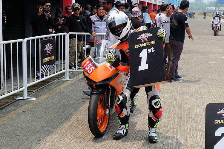 Pebalap asal klub The Buddy?s Racing MPM Honda Jatim Sugiartono keluar sebagai juara di kelas 250 cc Komunitas A dalam gelaran ICE Day 2019.