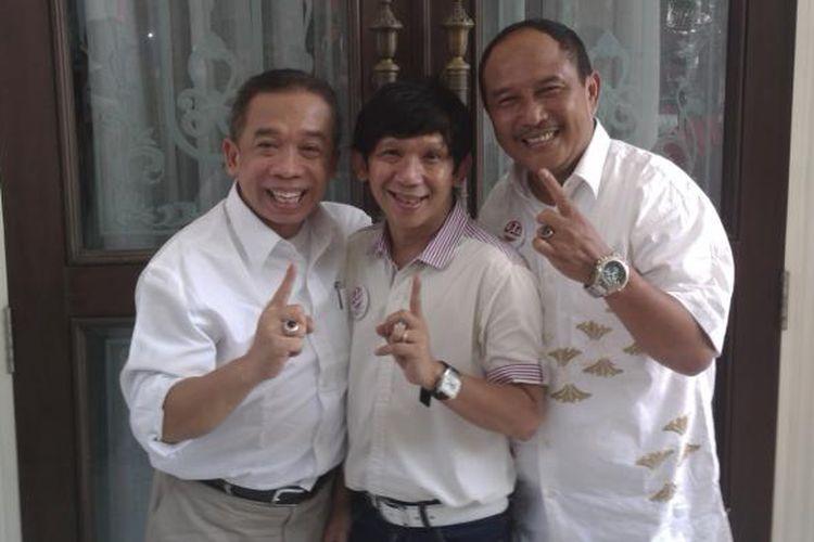 Grup Pelawak 4 Sekawan, Qomar (kiri), Ginanjar (tengah), Eman (kanan), saat memberikan dukungan kepada pasangan Prabowo-Hatta, di rumah Polonia, Cipinang Cempedak, Jakarta Timur, Rabu (11/6/2014)