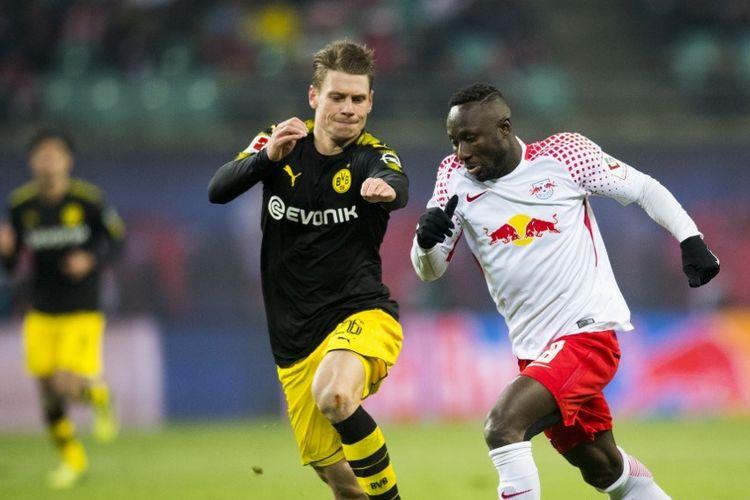 Pemain tengah Guinean Leipzig Naby Keita (kanan) dan pemain belakang Dortmund asal Jerman Lukasz Piszczek bersaing untuk mendapatkan bola selama pertandingan sepak bola Bundesliga divisi satu Jerman, RB Leipzig vs Borussia Dortmund di Leipzig, Jerman timur, pada 3 Maret 2018.