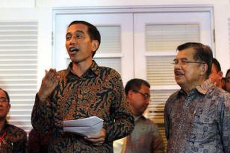 Presiden dan wakil presiden terpilih Joko Widodo (Jokowi) dan Jusuf Kalla (JK) memberikan keterangan pada wartawan terkait postur kabinetnya mendatang, di Rumah Transisi Jokowi-JK, Jakarta, Senin (15/9/2014). Rencananya, kabinet Jokowi-JK akan diperkuat 34 kementerian yang terdiri dari 18 orang profesional non-partai politik dan 16 orang dari partai politik.