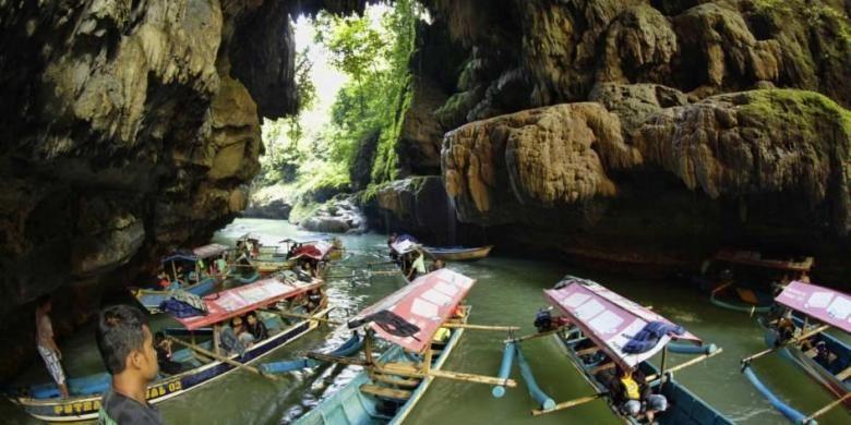 Perahu tambat di obyek wisata Green Canyon, Cijulang, Pangandaran, Jawa Barat, Sabtu (4/5/2013). Obyek wisata ini menawarkan keindahan dinding bebatuan yang ditutupi lumut dan wisatawan dapan menikmatinya dengan menyusuri sungai menggunakan perahu.