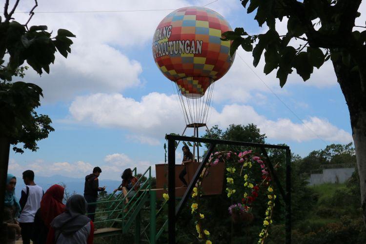 Salah satu wisata dataran tingginKuningan yang menyuguhkan atraksi pemandangan Gunung Ciremai, dengan beberapa tempat berfoto unik, ada di Jurang Landung bagian dari kawasan Curug Landung, Kuningan, Jawa Barat.