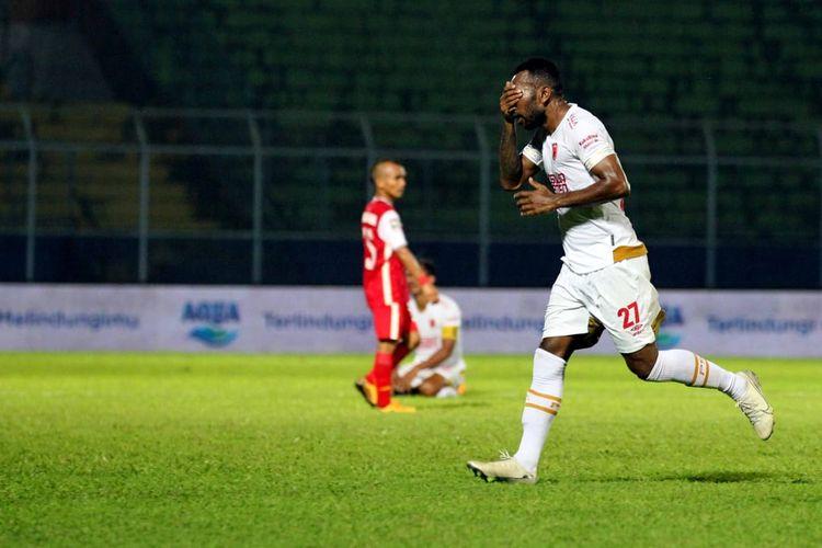 Penyerang PSM Makassar, Patrich Wanggai, merayakan gol ke gawang Persija Jakarta pada laga fase grup Piala Menpora 2021 yang berlangsung di Stadion Kanjuruhan, Malang, Senin (22/3/2021) malam WIB.