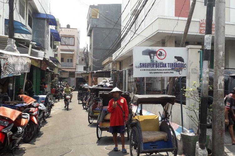Selter becak di Jalan K dekat Pasar Teluk Gong, Jakarta Utara, Senin (8/10/2018).