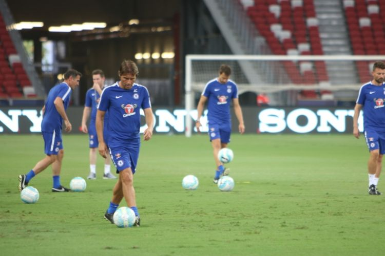 Pelatih Chelsea, Antonio Conte, saat memimpin sesi latihan tim di Stadion Nasional Singapura, 24 Juli 2017, sehari menjelang duel International Champions Cup 2017 lawan FC Bayern Muenchen.