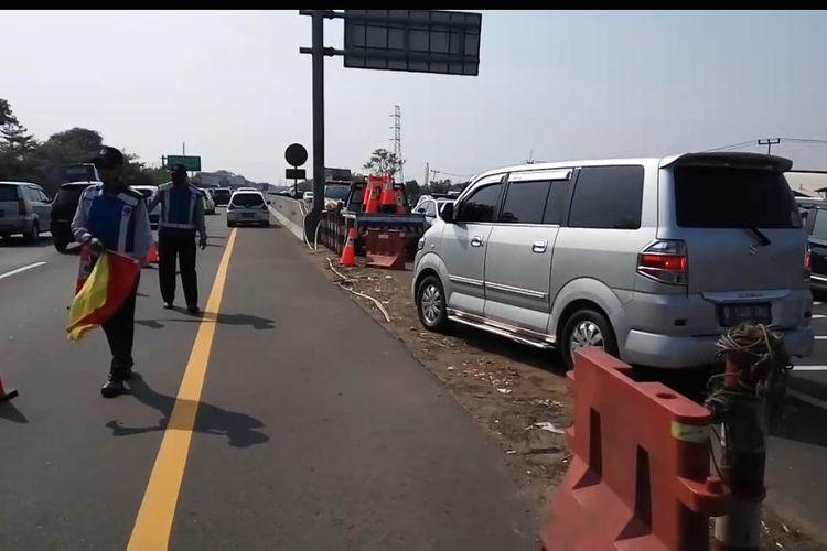 Jasa Marga dan Kepolisian berlakukan rekayasa contraflow dan buka tutup jalan arah Cikampek, antisipasi kemacetan karena libur panjang Tahun Baru Islam, Kamis (20/8/2020).