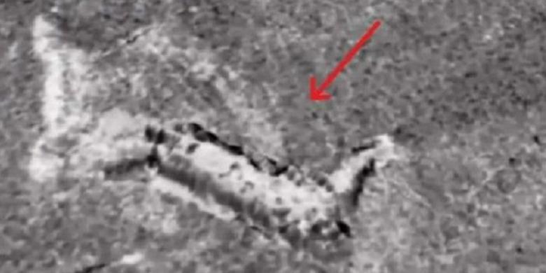 Model monster yang ditemukan di dasar danau Loch Ness, Skotlandia.