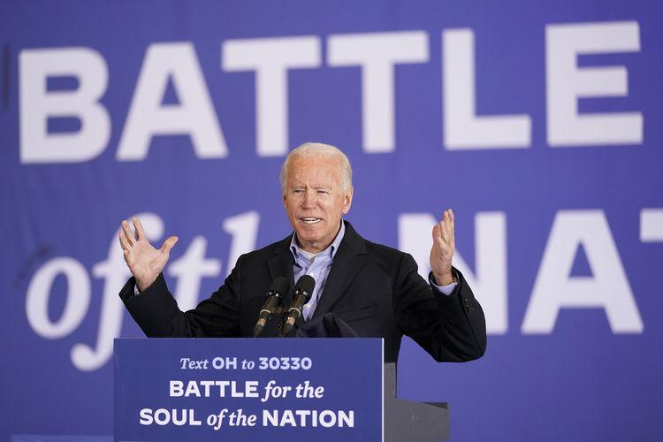Kandidat presiden dari Partai Demokrat Joe Biden berbicara dalam kampanye di Bandara Burke-Lakefront Cleveland, pada 2 November 2020.