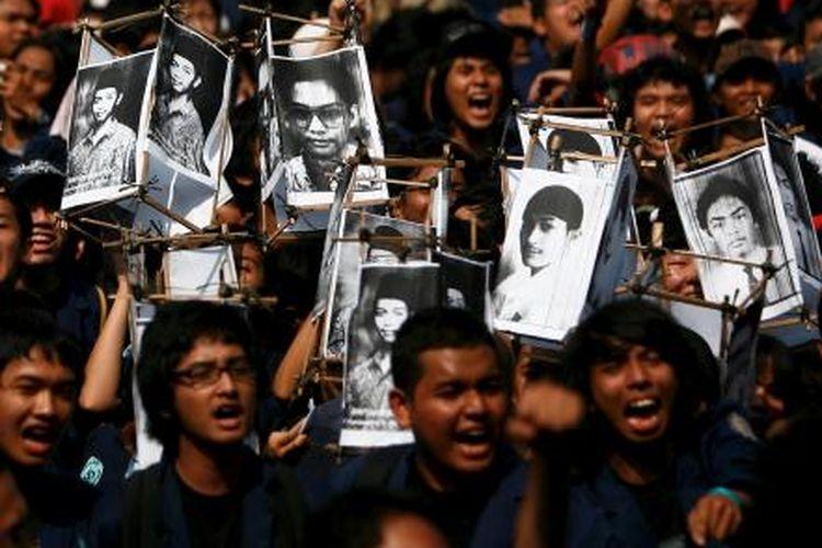 Sambil membawa poster bergambar empat wajah rekan mereka yang tewas dalam tragedi Trisakti, ratusan mahasiswa Trisakti Jakarta berunjuk rasa di Gedung Kejaksaan Agung, Senin 12 Mei 2008. Mereka menuntut pemerintah agar menuntaskan kasus tragedi Trisakti serta Semanggi I dan II.