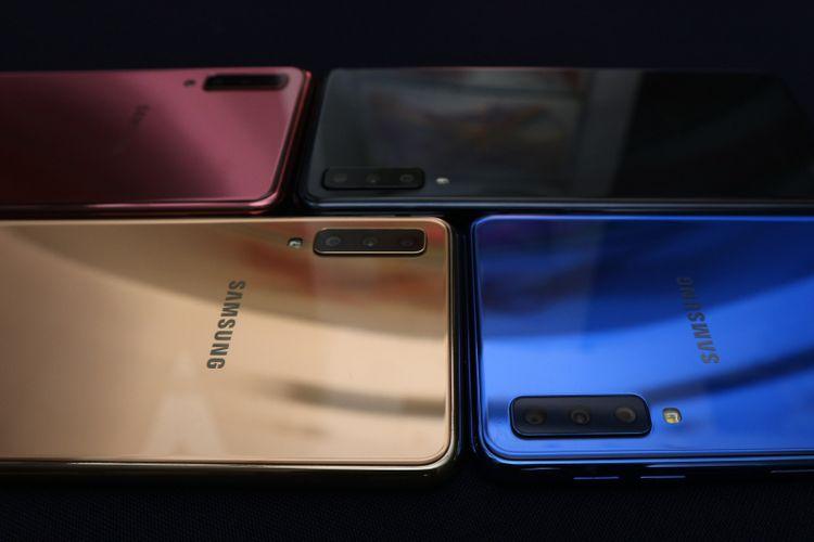 Lebih dekat dengan susunan tiga kamera belakang Galaxy A7 (2018)