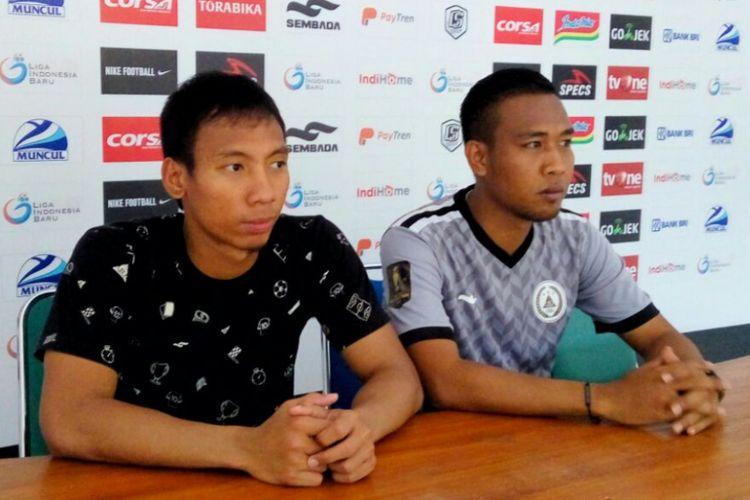Kiper PSS Sleman Ega Rizky dan Asisten Pelatih PSS Sleman Asep Ardiansyah dalam jumpa pers di Stadion Maguwoharjo, Sleman Selasa (19/02/2019)