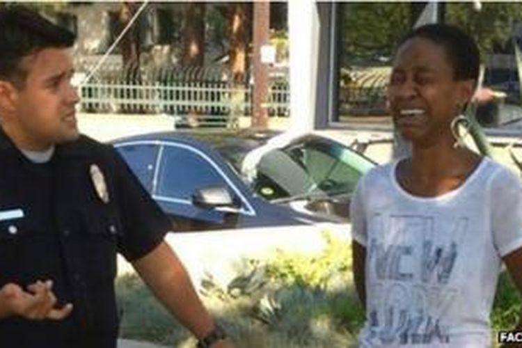 Foto Danielle Watts menangis saat diborgol menyebar luas di internet.