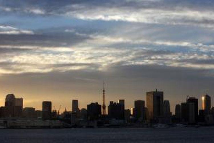 The Tokyo Tower, pusat, berdiri di belakang bangunan sebuah senja di Tokyo. Harga rata-rata lahan di Tokyo, Osaka dan Nagoya naik 0,8 persen pada tanggal 1 Juli, dari 0,1 persen dari kenaikan tahun sebelumnya, Kementerian Pertanahan, Infrastruktur, Transportasi dan Pariwisata mengatakan dalam sebuah laporan yang dirilis hari ini. Tutup