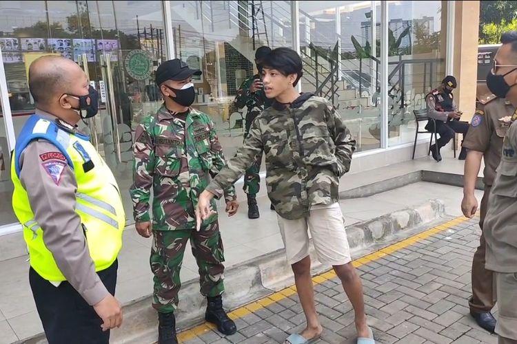 Tangkapan layar video pemuda lawan petugas gabungan saat terjaring razia masker di Ciputat, Tangerang Selatan, Senin (5/7/2021).