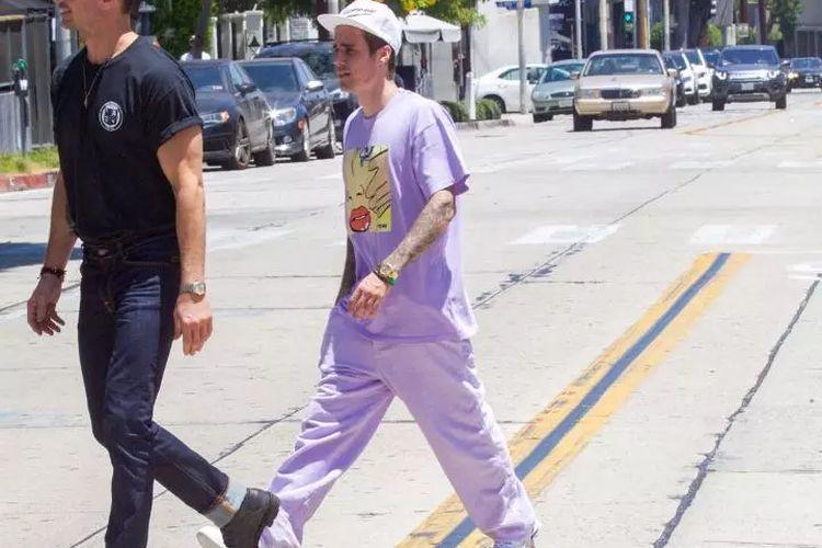 Penyanyi Justin Bieber terlihat mencolok dengan pakaian serba ungu dan jam tangan Rolex Daytona seharga sekitar Rp 670 juta.