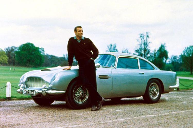 Sean Connery berperan sebagai James Bond di Goldfinger (1964) ketika berpose di depan mobil Aston Martin DB5. Mobil itu dilaporkan hilang setelah dicuri pada 1997.