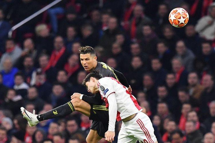 Jurgen Ekkelenkamp mencoba menahan Cristiano Ronaldo pada pertandingan Ajax Amsterdam vs Juventus dalam perempat final Liga Champions di Johan Cruijff Arena, 10 April 2019.