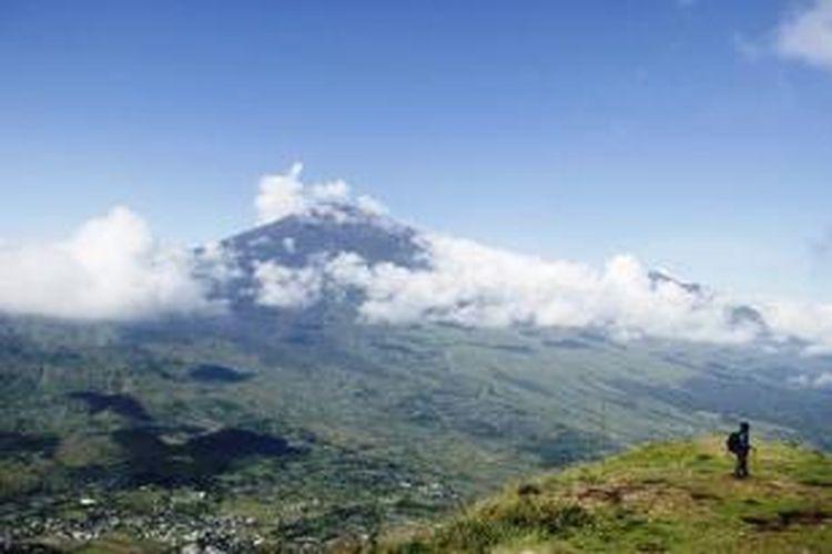 Panorama Gunung Rinjani dilihat dari Puncak Satu Bukit Pergasingan, Lombok Timur, Nusa Tenggara Barat, Kamis (19/3/2015). Bukit Pergasingan merupakan alternatif pendakian ketika Gunung Rinjani sedang ditutup dan dapat digunakan sebagai arena pemanasan sebelum mendaki Rinjani.