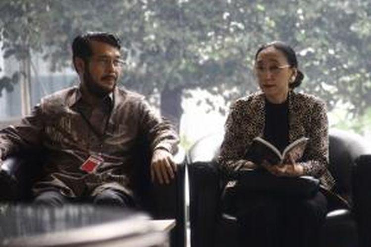 Dua hakim konstitusi Maria Farida Indrati (kanan) dan Anwar Usman memenuhi panggilan pemeriksaan Komisi Pemberantasan Korupsi, Rabu (16/10/2013).