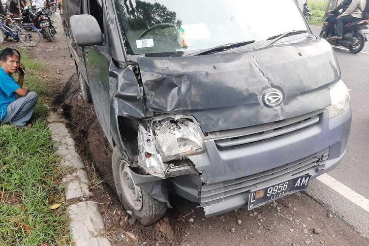 Kondisi mobil Pickup yang mengalami insiden pecah ban dan menabrak 3 motor di ruas jalan Jombang - Madiun, di wilayah Desa Tunggorono, Kabupaten Jombang, Jawa Timur, Senin (17/2/2020) pagi.