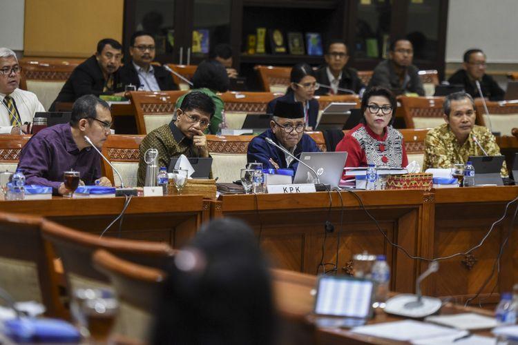 Ketua KPK Agus Rahardjo (tengah) bersama Wakil Ketua KPK Laode M Syarif (kedua kiri), Saut Situmorang (kiri), Basaria Panjaitan (kedua kanan) dan Alexander Marwata (kanan) mengikuti rapat dengar pendapat dengan Komisi III DPR di Kompleks Parlemen Senayan, Jakarta, Selasa (12/9). RDP tersebut membahas mekanisme dan tata kerja di Direktorat Pengaduan Masyarakat (Dumas) KPK. ANTARA FOTO/Hafidz Mubarak A/Spt/17