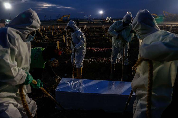 Petugas memakamkan jenazah pasien Covid-19 di TPU Rorotan, Jakarta Utara, Senin (28/6/2021). Tiga hektar lahan di TPU Rorotan disiapkan untuk pemakaman jenazah protokol Covid-19. Lahan seluas itu bisa menampung sekitar 7.200 petak makam.