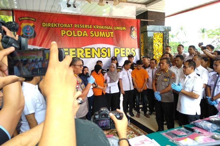 Kapolda Sumut, Irjen Pol MArtuani Sormin (kiri dan memegang mik) memaparkan kasus pembunuhan hakim PN Medan, Jamaludin (55). Tampak dua orang tersangka, Zuraida dan tersangka lainnya.
