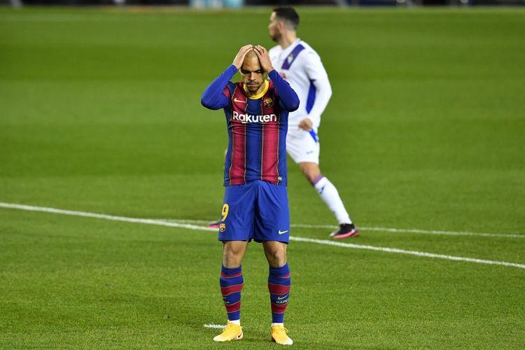 Penyerang Barcelona asal Denmark, Martin Braithwaite, meratapi kegagalan saat mengeksekusi penalti dalam laga pekan ke-16 La Liga 2020-2021 kontra Eibar di Stadion Camp Nou.