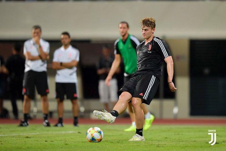 Matthijs de Ligt berlatih di Stadion Nasional Singapura jelang laga Juventus vs Atalanta dalam ICC 2019, 20 Juli 2019.