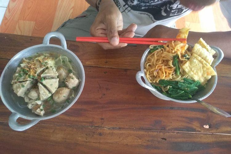 Suasana kedai Mie ayam dan Bakso Wajan milik Firida(45) di jalan Gajah Mada, Kota Purwodadi, Kabupaten Grobogan, Jawa Tengah, Jumat (12/3/2021).