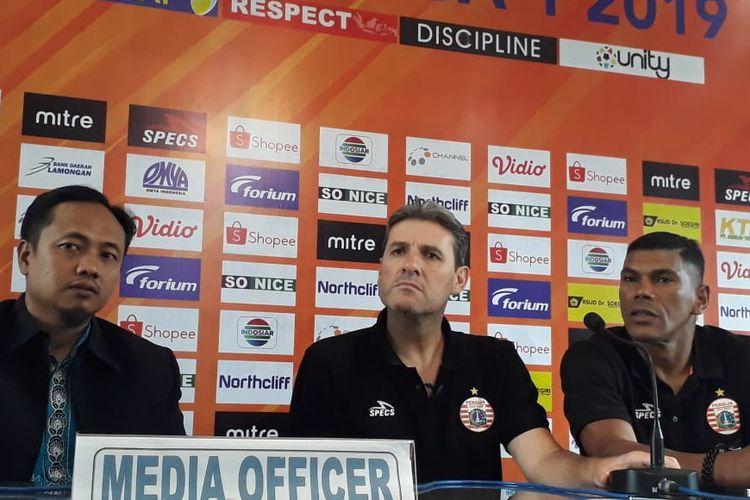 Pelatih Persija Jakarta yang baru pengganti Ivan Kolev, Julio Banuelos (tengah).