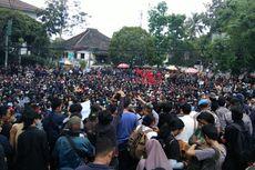 Mahasiswa di Bandung Jebol Pagar DPRD Jabar, Polisi Tembakkan Gas Air Mata