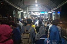 Penumpang Masih Menumpuk di Halte Transjakarta