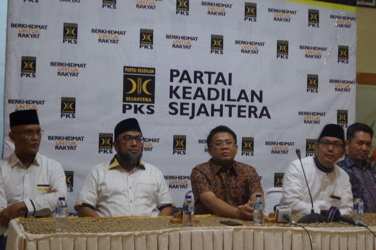 Presiden PKS, Mohamad Sohibul Iman (tengah) saat memberikan pernyataan pers bersama jajaran pimpinan PKS di Kantor DPP PKS Jalan TB Simatupang, Jakarta Selatan, Minggu (3/9/2017).