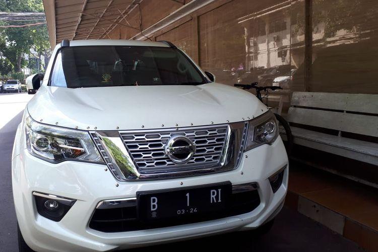 Mobil B 1 RI terparkir di depan gedung Jatanras Polda Metro Jaya, Senin (21/10/2019).