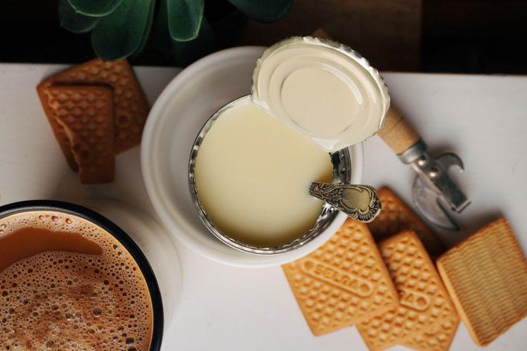 Ilustrasi susu kental manis dalam kaleng.