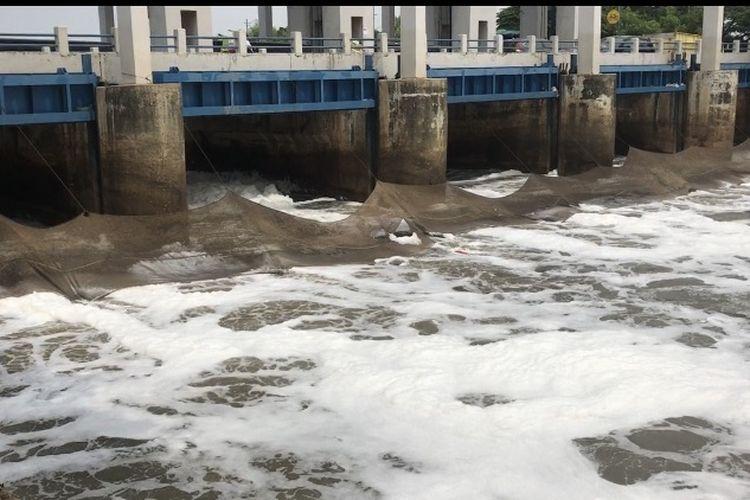 Busa nampak memenuhi aliran kali kanal banjir timur tepatnya di Pintu Air Weir 3 Marunda, Cilincing, Jakarta Utara Selasa (30/4/2019).