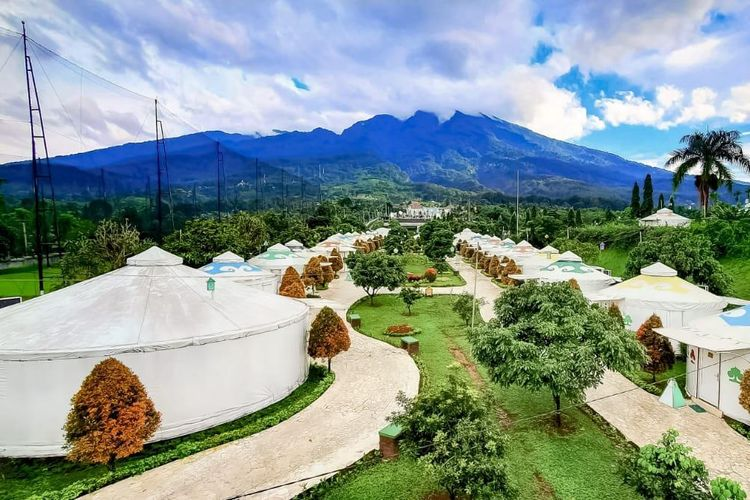 The Highland Park Resort Bogor di Jawa Barat dengan berlatarkan Gunung Salak.