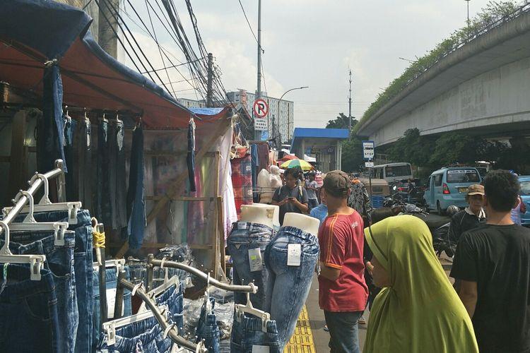 Pedagang kaki lima di Jalan Jati Baru, Tanah Abang, Kamis (23/5/2019).