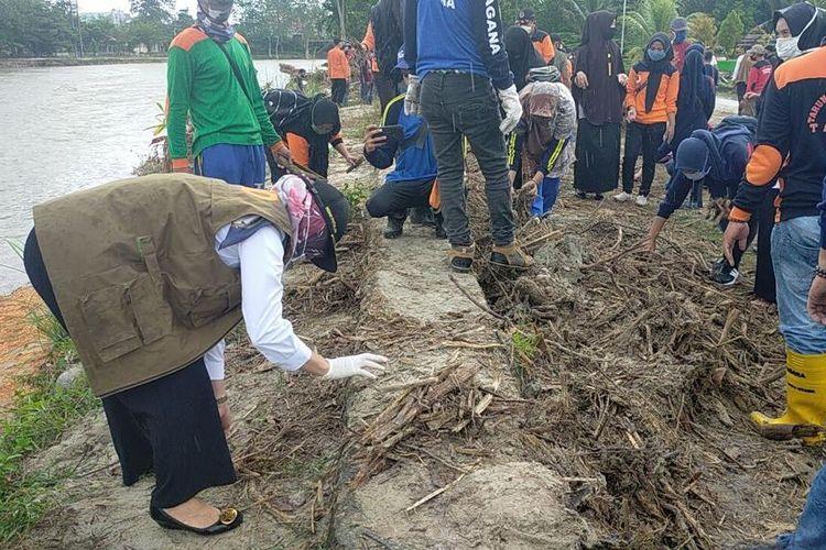 Bupati Luwu Utara, Indah Putri Indriani (IDP) sedang membersihkan sisa pohon pasca banjir di Taman Sulikan, Rabu (27/5/2020).