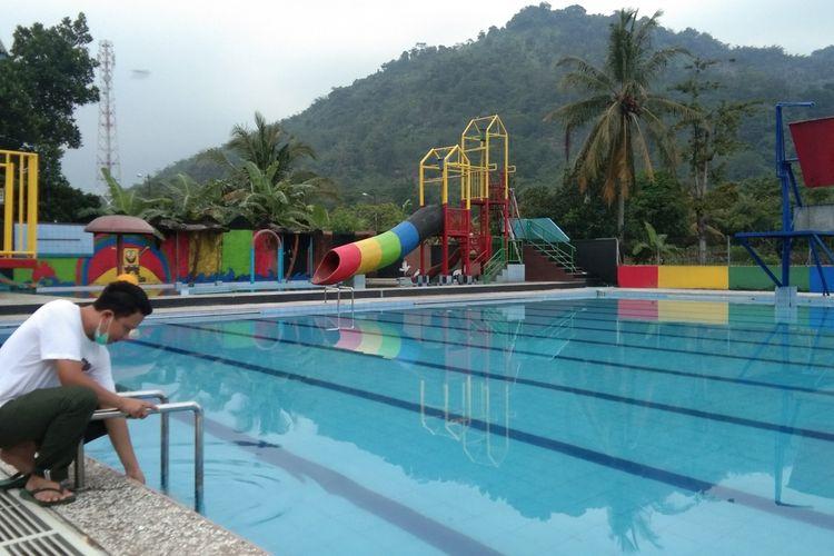 Pemilik wisata Empang Sari di Kecamatan Tegalwaru Achmad Fauzi Alamsyah tengah mengecek venue kolam renang milik kelurganya, Kamis (20/5/2021).
