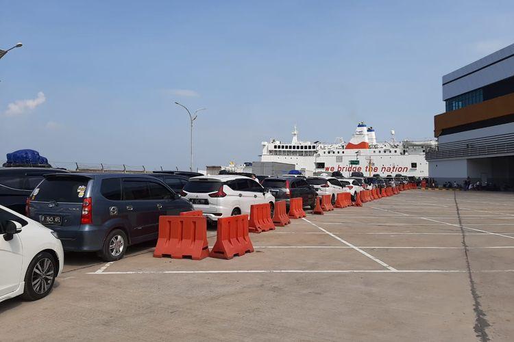 Antrean kendaraan roda empat yang akan naik kapal laut di dermaga eksekutif Merak, Cilegon, Banten, Rabu (29/5/2019)