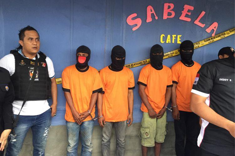 Para pelaku pengeroyokan hingga pembunuhan di kafe karaoke Sabela ditampilkan pada rilis pengungkapan kasus di depan tempat kejadian perkara, kafe karaoke Sabela, Kecamatan Benda, Kota Tangerang, Rabu (27/9/2017) sore.